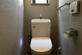 氷見市のトイレリフォーム 「トイレ交換&クロス張替ですっきり」