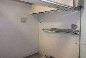 既存のガス配管を撤去。IHコンロには、200Vの単独配線が必要なので、このスペースに専用の単独の200Vコンセントを施工してきます。