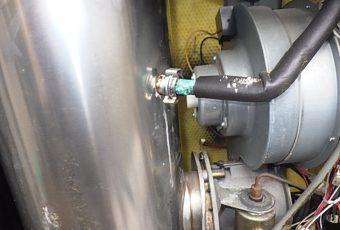 貯湯タンクへつながる部分(接手)から水漏れしていました。<br /> (青っぽくなっている配管の左側あたり)