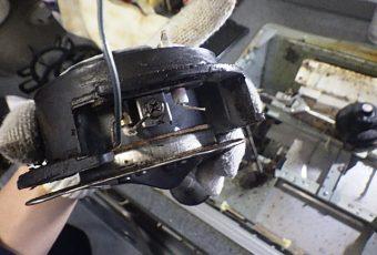 点火プラグと熱電対(炎検知器)を止めている金具を外して、交換します。