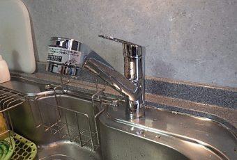 新しい水栓取り付け完了です。使いやすさ、見た目、丈夫さ、すべて満足の水栓です。