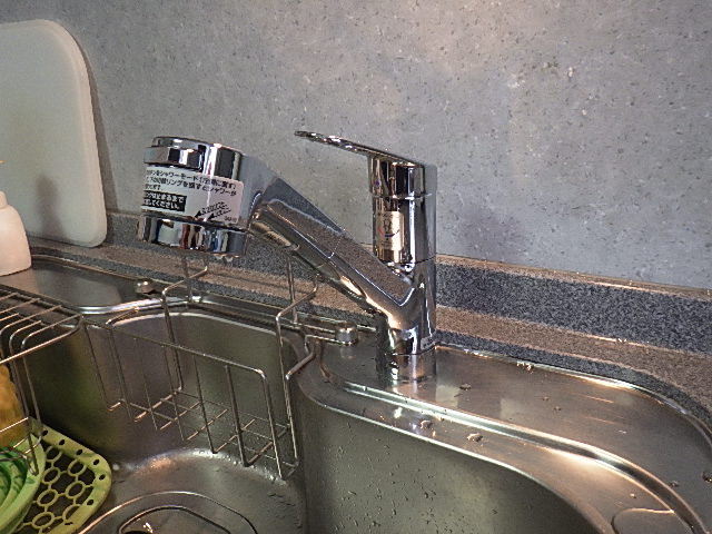 氷見市の台所水栓交換 「シャワー機能あり、ホース引き出し可能」