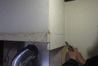 今回の施工では、ひと手間かけます。<br /> 横幕板(横を隠す板)と、既存の石膏ボードがぶつかるため、不要な石膏ボートをカットします!
