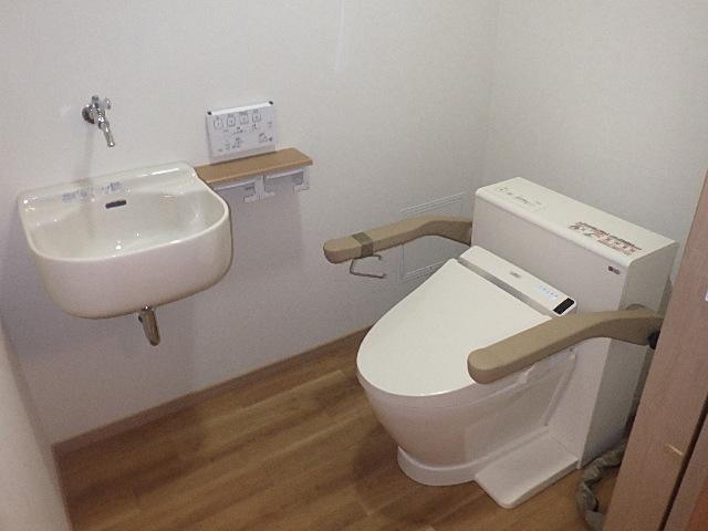 氷見市のトイレリフォーム 「補助手すり付きトイレ」