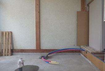 配管のみ事前に施工します。これから大工工事・組立・クロスと次々と施工していきます。