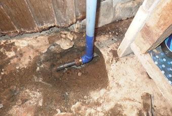 工事中:腐食した部分を取り替えます