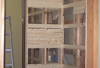 工事中:トイレと洗面室を仕切る壁を造作