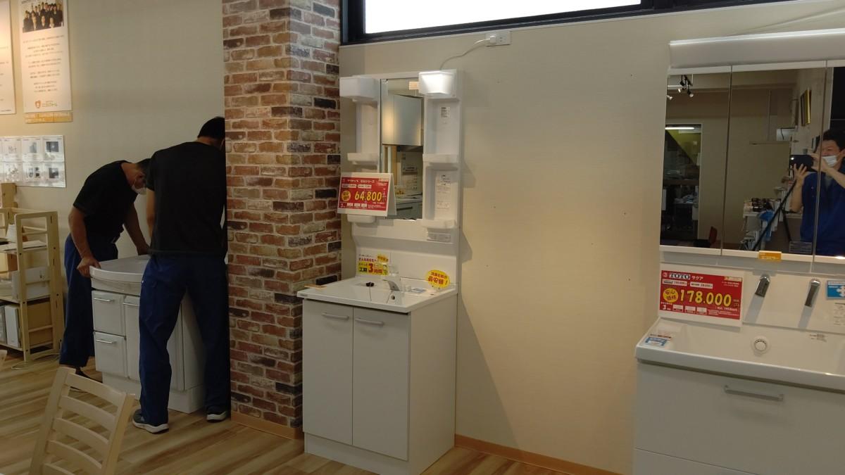 氷見ショールームの洗面台展示数を増やします(^^♪