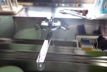 台所水栓交換工事へ